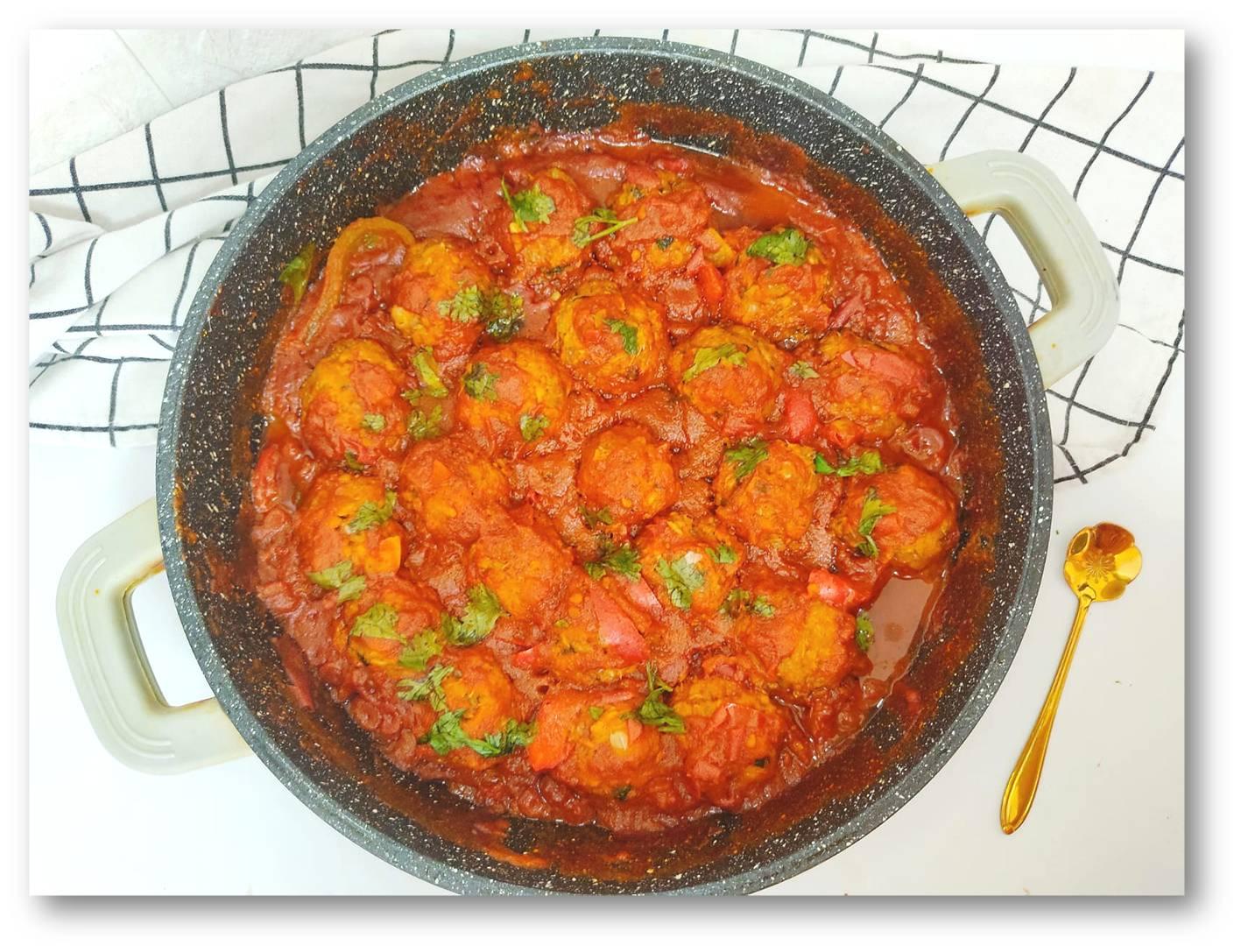 קציצות דגים (טונה) ברוטב עגבניות ופלפלים